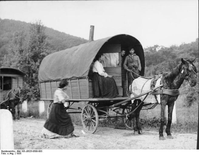 Rheinland, Sinti und Roma mit Wohnwagen auf Landstraße